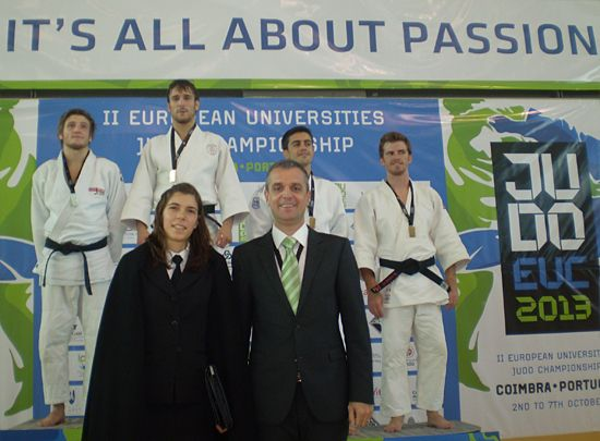 Mr Matjaz Pecovnik, EUSA Secretary General and AAC representative awarding medals