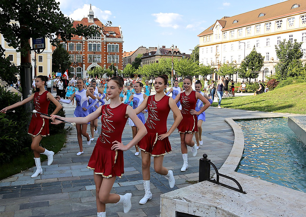 Parade of the cheerleaders and participants through the city of Miskolc